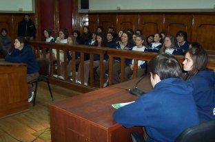 Estudiantes a Tribunales y jueces en las aulas - Magistrados y funcionarios judiciales procuran transmitir su experiencia cotidiana ante jóvenes y adolescentes de toda la provincia. -