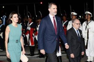 Macri recibe a los Reyes de España - Los Reyes de España en Aeroparque, caminando con el ministro de Relaciones Exteriores de Argentina, Jorge Faurie -