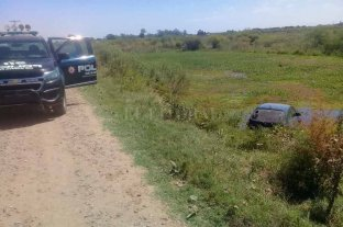 Misterio: un auto en el zanjón - Personal policial se acercó hasta el lugar y comenzó con las primeras tareas investigativas.