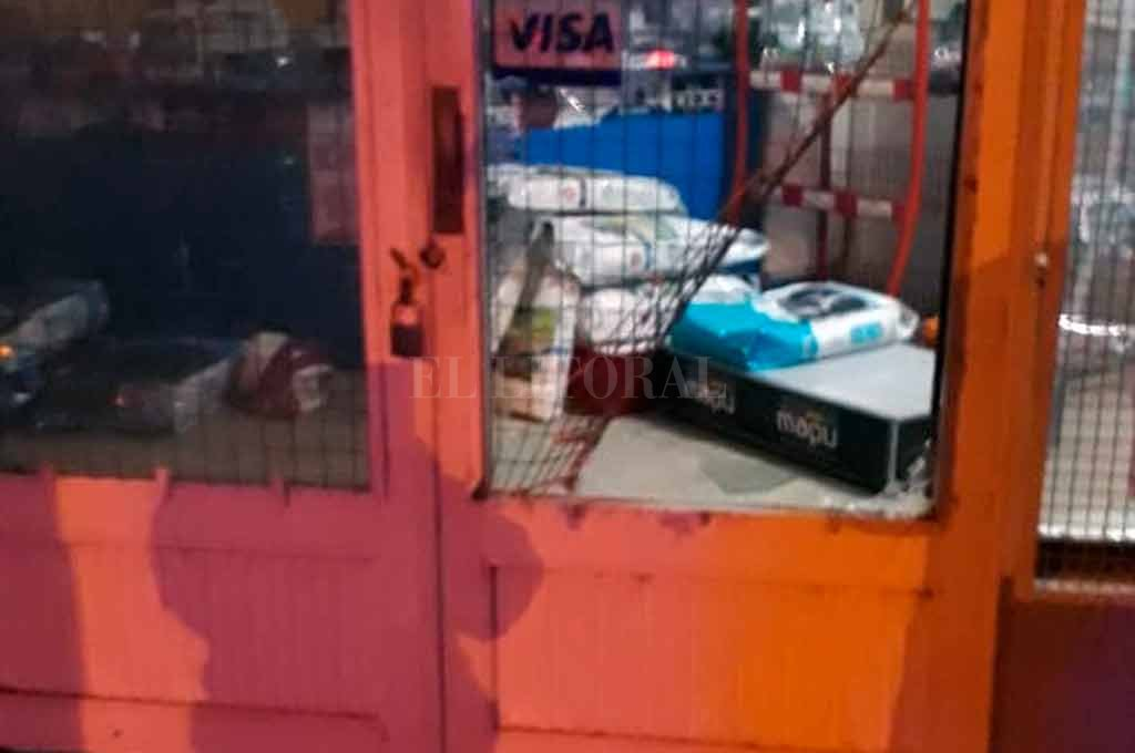 Para ingresar, los delincuentes violentaron la puerta del local. <strong>Foto:</strong> El Litoral