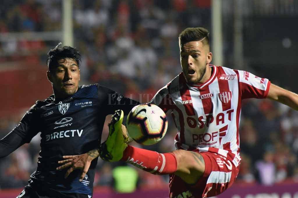 Franco Troyanski disputa con fuerza una pelota dividida en el partido de la Sudamericana ante Independiente del Valle. <strong>Foto:</strong> Mauricio Garín