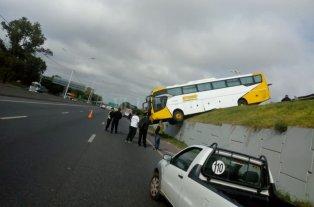 Rosario: Un colectivo perdió el control y quedó colgando de un puente -  -