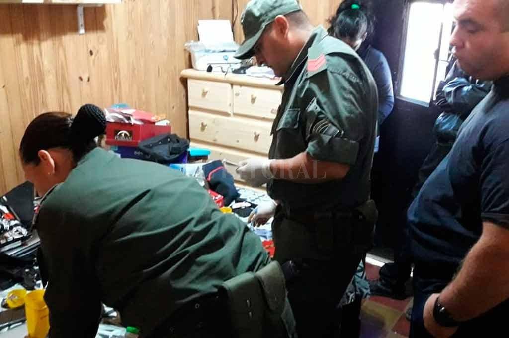 Detienen a 24 policías y los acusan de gravísimos delitos - Un momento de los allanamientos que derivaron en la detención de los policías. -