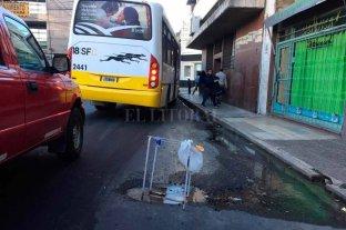 Un caño roto genera problemas en el tránsito y a los vecinos