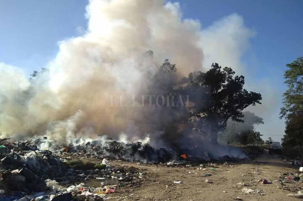 Todo un problema. El humo producto de los frecuentes incendios del basural corondino, reduce la visibilidad en la Autopista Rosario Santa Fe. Crédito: Municipalidad de Coronda