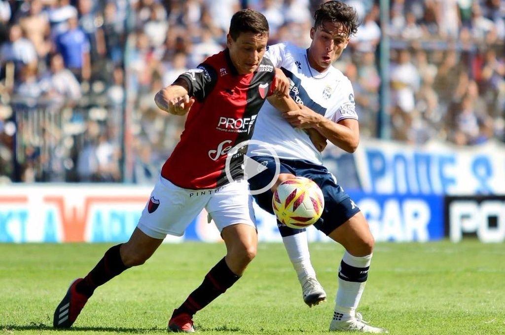 Fernando Zuqui, disputando un balón en el encuentro contra Gimnasia. <strong>Foto:</strong> Gentileza Prensa Gimnasia