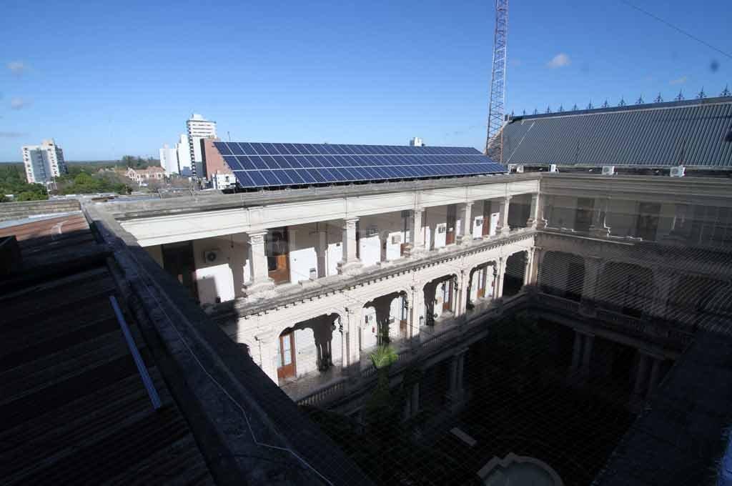 La Casa de Gobierno santafesina usa energía solar para las bombas que suben a sus tanques el agua potable. Del aprovechamiento casi simbólico de años atrás se pasa a las energías vedes como una opción en generación. Crédito: Mauricio Garín