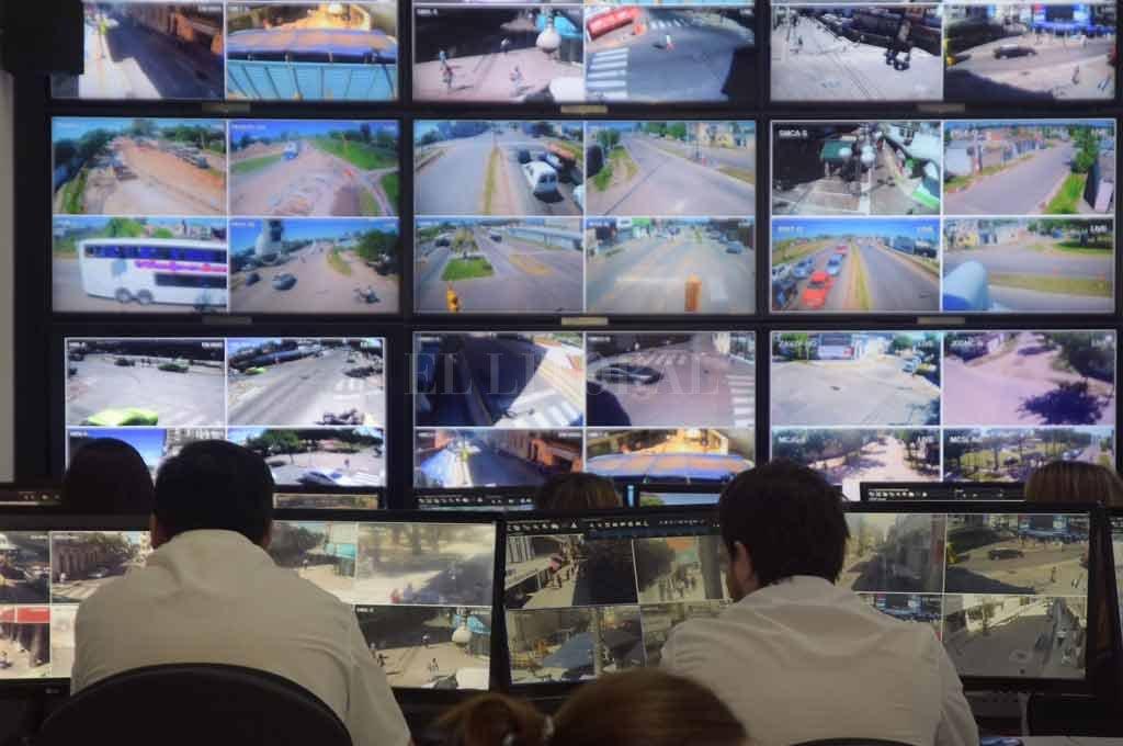 La actual sala de monitoreo del municipio. Se propone ampliar la sala, la cantidad de cámaras y agregar nuevos sensores y dispositivos <strong>Foto:</strong> Flavio Raina