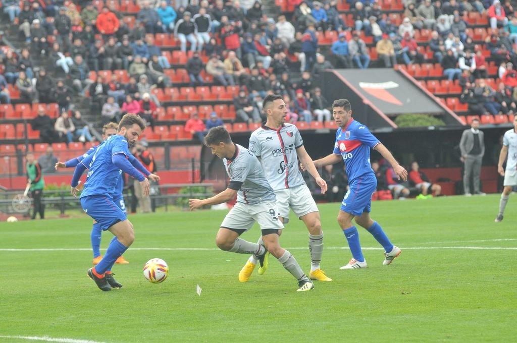 Encara Leguizamón en el partido que se jugó en el arranque de esta temporada, en el barrio Centenario. <strong>Foto:</strong> Flavio Raina