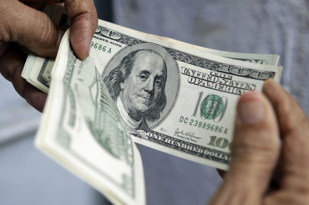 País: El dólar bajó 60 centavos y cerró cerca de los $43