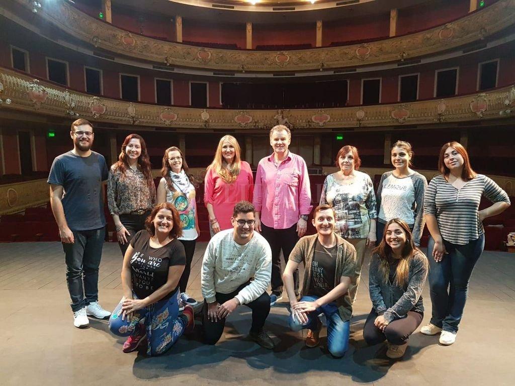 Los maestros Philip Salmon (Inglaterra) y Susana Caligaris, la pianista Zunilda Soncin y parte de los intérpretes vocales. Crédito: Gentileza producción