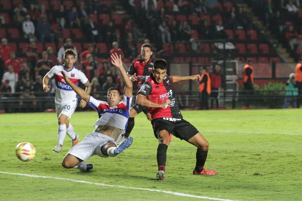 Pudo Ser. Nicolás Leguizamón anticipó en el primer palo, tras centro de esparza, el balón se fue muy cerca del palo derecho de Marinelli. <strong>Foto:</strong> Pablo Aguirre