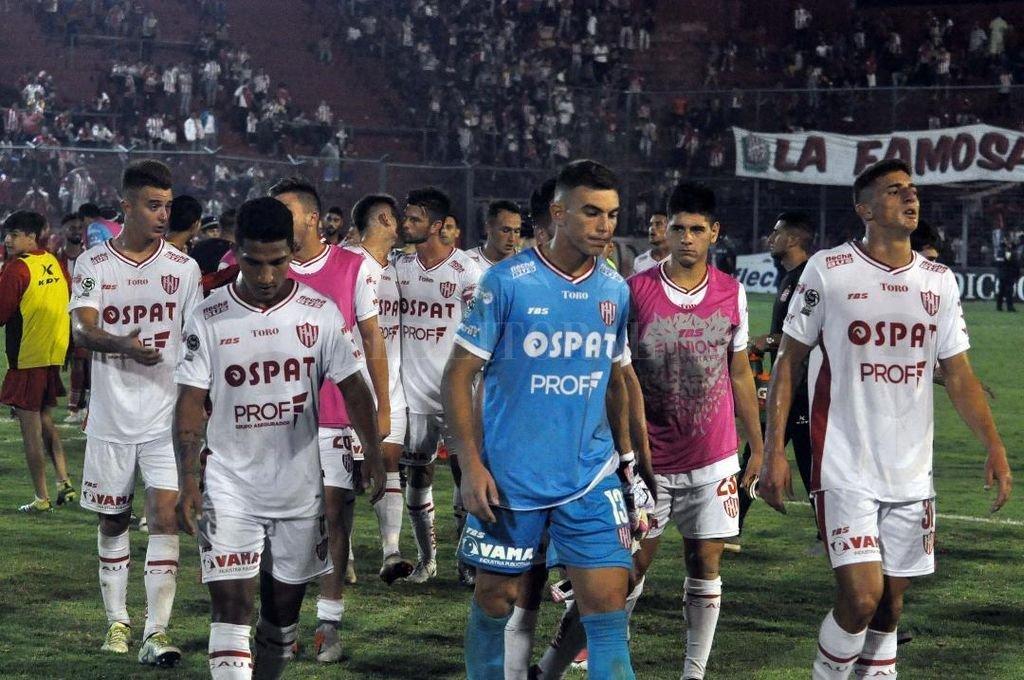 Los jugadores de Unión se retiran del campo de juego de la Ciudadela. Hubo bronca después del partido por la victoria que no fue. <strong>Foto:</strong> Jose diaz Romero