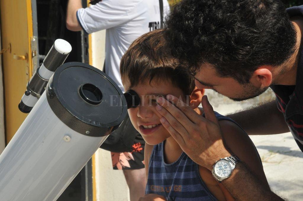 El objetivo del taller es acercar a los ojos y comprensión de los niños los misterios del cielo. Crédito: Archivo El Litoral / Flavio Raina
