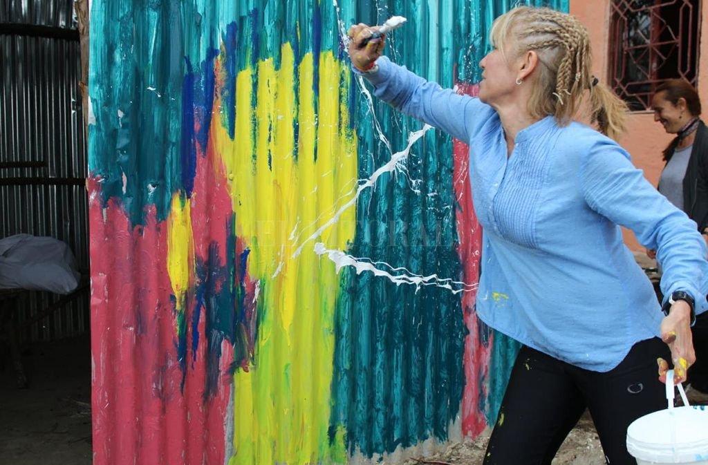 La artista santafesina en plena acción en uno de los murales.  <strong>Foto:</strong> Gentileza