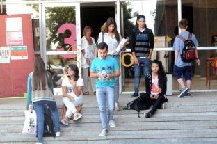 Los países donde los estudiantes de clase trabajadora ingresan a la universidad son más felices