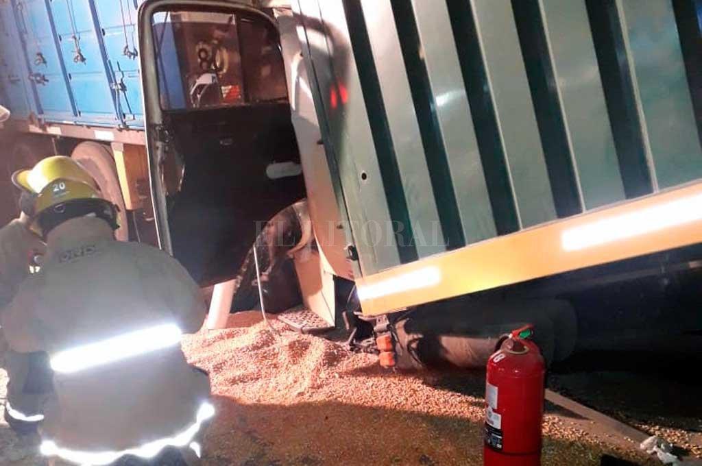 Intensos trabajos de los bomberos para rescatar al camionero. Pese a ese esfuerzo, el hombre murió producto del impacto. Crédito: El Litoral
