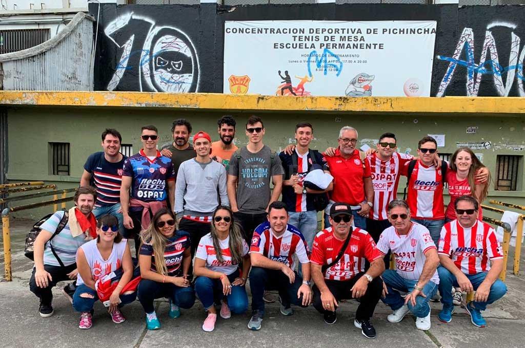Más hinchas de Unión, en este caso posando en la puerta del estadio Atahualpa, ubicado en un lugar céntrico de la capital ecuatoriana. Gentileza