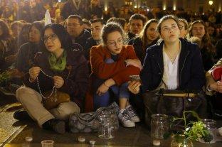 Cientos de parisinos y turistas rezaron en una vigilia frente a Notre Dame