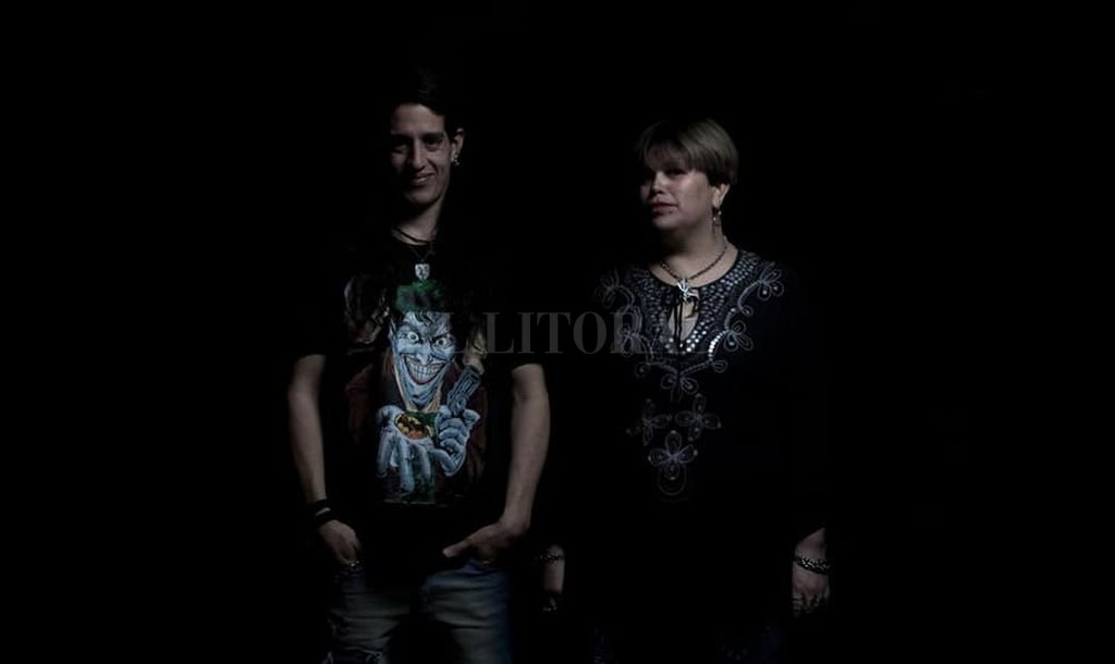 Am3os es un dúo acústico conformado por Verónica Coronel en voz y Roy Muñoz en guitarra.  Crédito: Gentileza producción