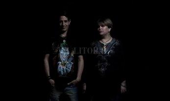 Am3os en Tribus - Am3os es un dúo acústico conformado por Verónica Coronel en voz y Roy Muñoz en guitarra.  -