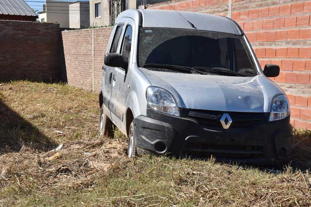 El utilitario Renault Kangoo sustraído el domingo 7 de abril apareció al otro día en Alvear al 8800, en la zona norte de Santa Fe. Crédito: Flavio Raina