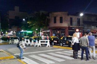 Mataron a un taxista en Rosario y no hay servicio por 24 horas - Conocida la noticia del crimen, colegas taxistas reclamaban en la zona de la terminal de ómnibus
