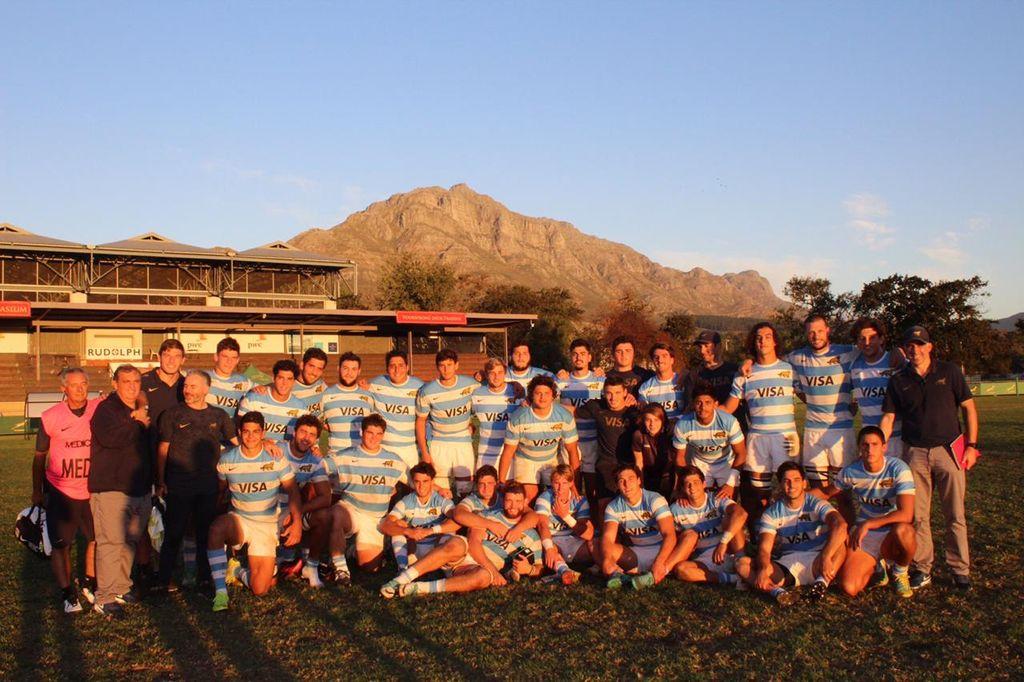 Misión cumplida. Tras la victoria, el plantel argentino y el staff, disfrutando del último registro con el típico entorno del paisaje de Stellenbosch. Crédito: Gentileza Prensa UAR