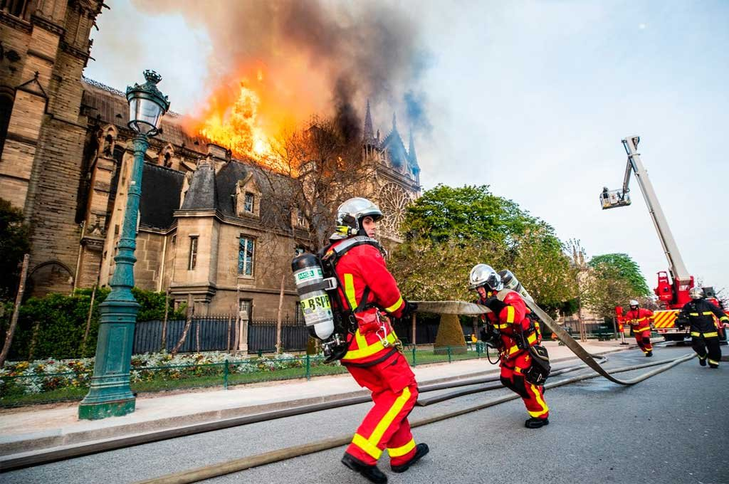 Premiaron a bomberos que apagaron el incendio de Notre Dame