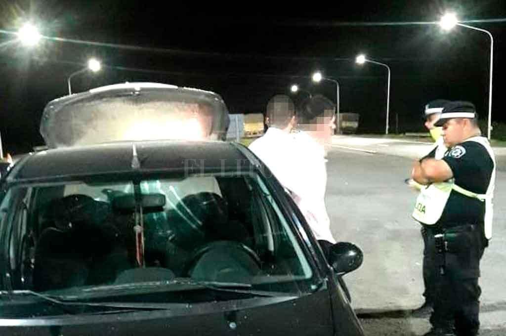 Circulaba en un auto sospechoso, sin papeles y con un revólver: fue detenido