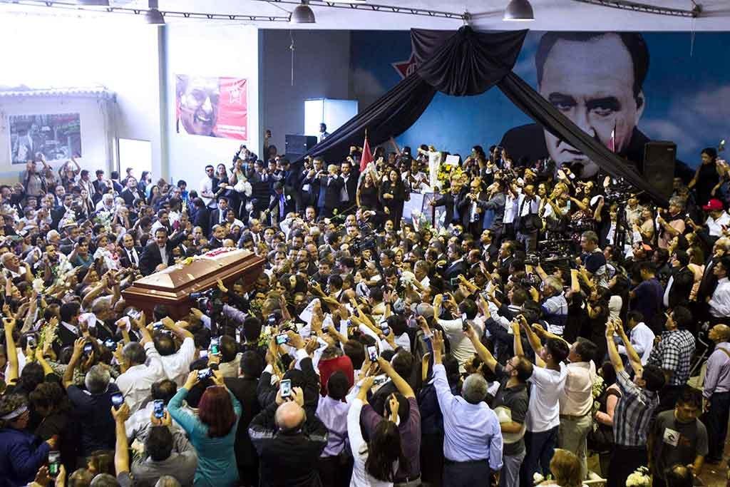 Perú: Cientos de personas, entre ellos políticos y autoridades, asisten este viernes al velorio del expresidente peruano Alan García en la
