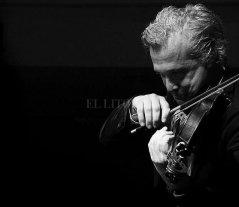 """""""El violín es parte de mi cuerpo""""  - """"Al tango lo sigo eligiendo, hace más de 30 años que toco el género, y creo que lo que tiene de bueno el tango hoy, es que hay una generación de chicos muy jóvenes que componen y tocan"""", dice el artista. -"""