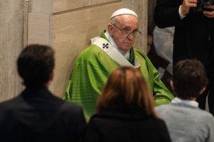 """En la Vigilia de Pascua, Francisco llamó a remover """"las piedras de la desconfianza y el pecado"""" -  -"""