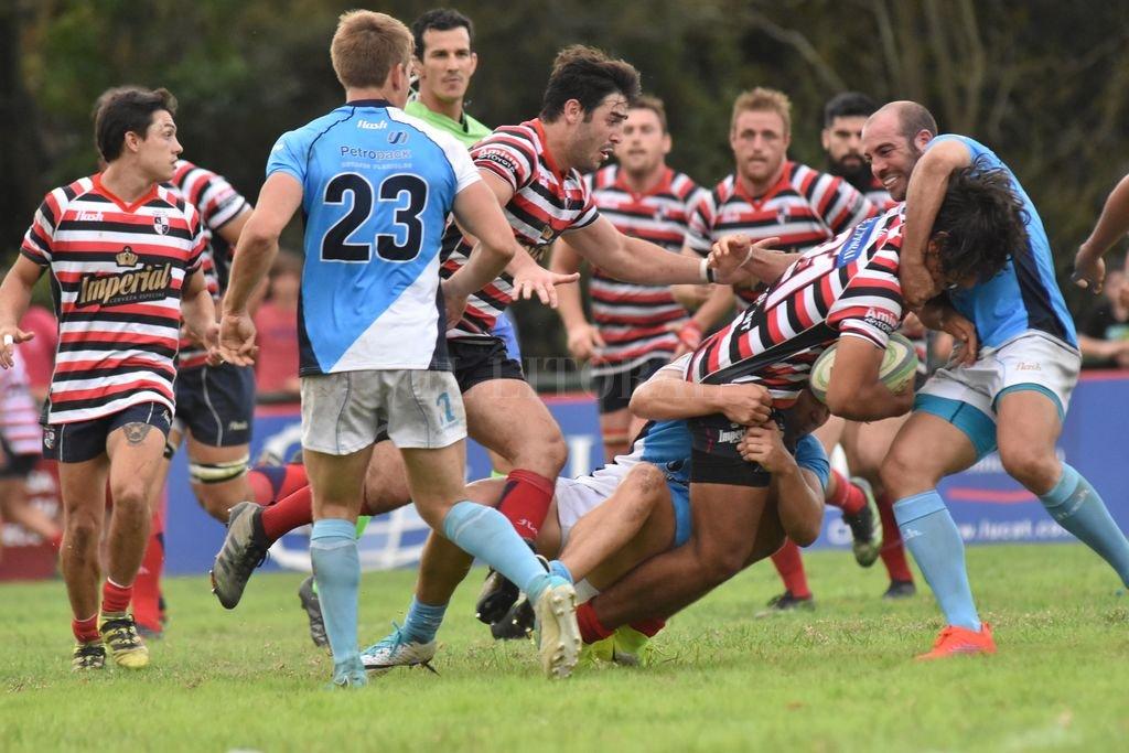 El irreprochable esfuerzo de Santa Fe Rugby Club, resultó insuficiente para superar a un adversario que cumplió largamente con el objetivo planteado para este partido. Crédito: Mauricio Garín