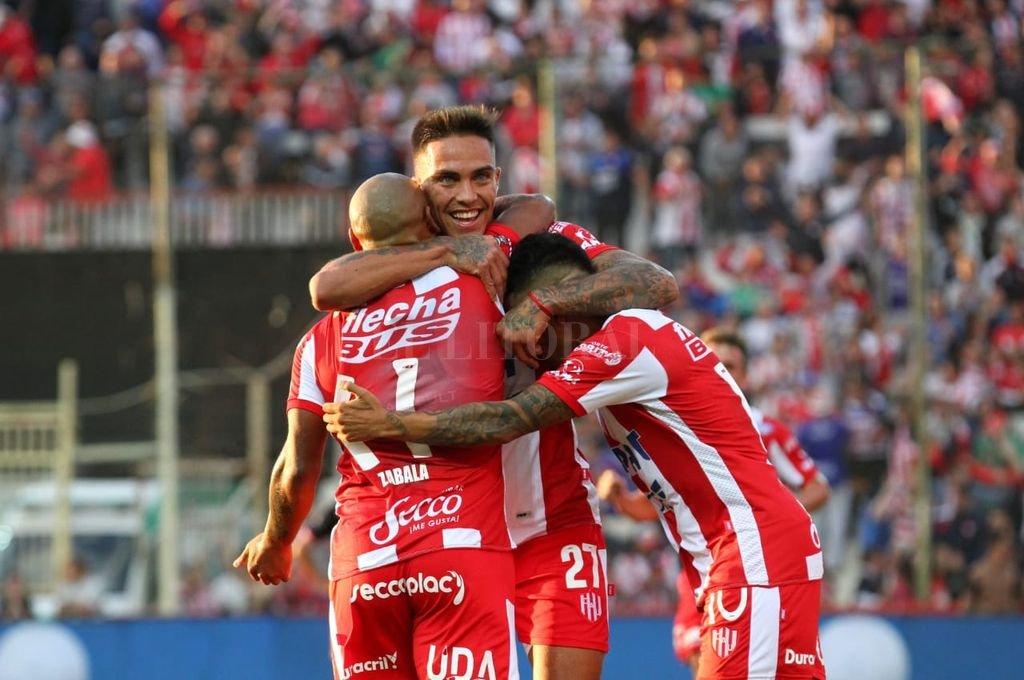 Unión goleó a San Martín de Tucumán y clasificó a octavos de final -  -