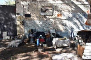Solo, el linyera de Candioti Sur - Hogar. El hombre habita la calle, donde armó con sutilezas sus espacios para dormir, comer y estar.