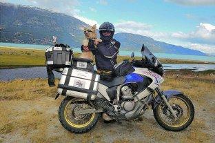 Pocho, el perro motoquero que es furor en las redes sociales - Dardo junto a Pocho, el famoso perro motoquero. -