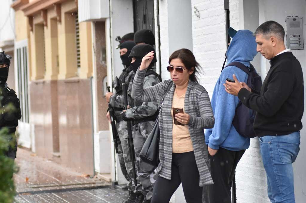 Múltiples allanamientos   por estafas a una mutual - La fiscal María Laura Urquiza estuvo al frente del primer allanamiento, en San Martín al 3700, en barrio Mariano Comas. -