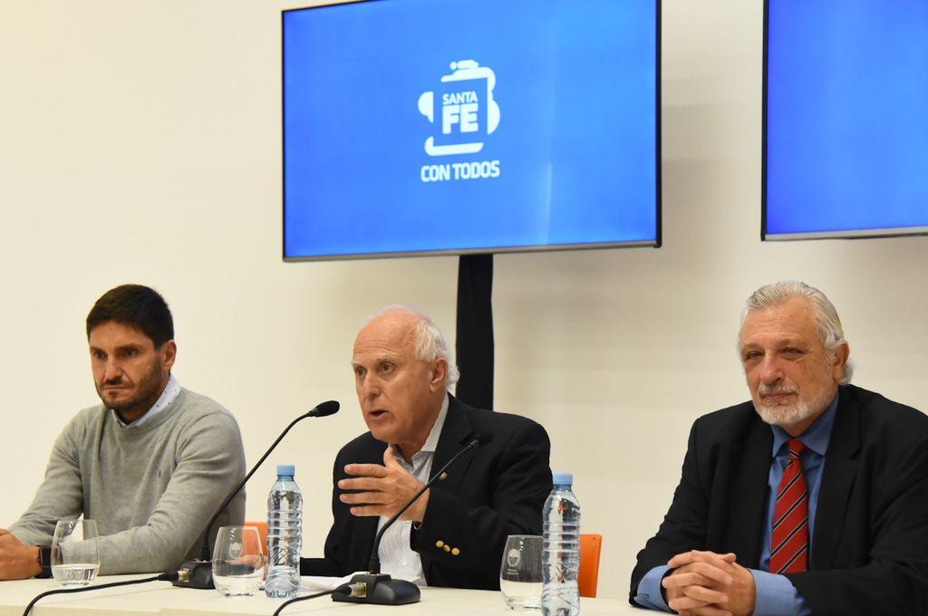 """El gobernador Miguel Lifschitz, acompañado por los ministros Maximiliano Pullaro y Ricardo Silberstein, reclamó """"más prudencia"""" en las declaraciones. <strong>Foto:</strong> Gobierno de la Provincia"""