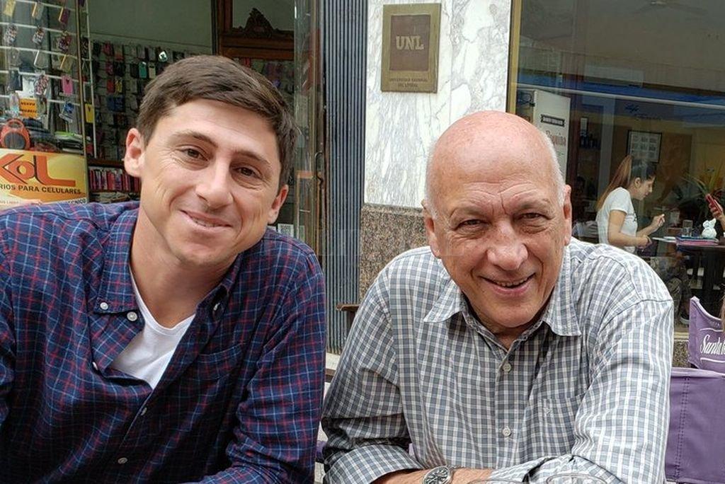 Antonio Bonfatti junto a Paco Garibaldi desayunando en la peatonal. Crédito: Captura de Internet
