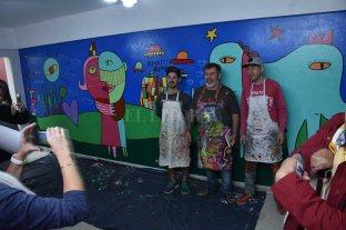 Milo Lockett pintó un mural en un centro de rehabilitación  - Acompañado. Milo Lockett plasmó su arte en una de las paredes de la sede de Rumbos. Artistas locales pintaron el mural junto al chaqueño.  -
