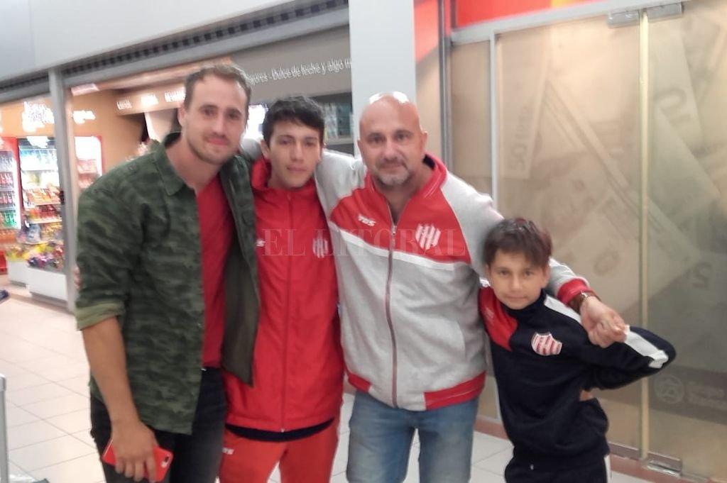 Belletti y su familia en el aeropuerto de Rosario. <strong>Foto:</strong> Gentileza