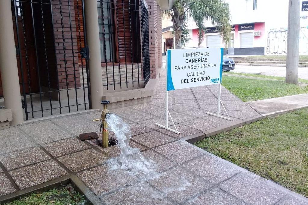 Los dispositivos para limpiar la red de distribución se colocan a la mañana y a la tarde, por un plazo de alrededor de una hora en los hidrantes seleccionados para liberar agua. Crédito: Gentileza.