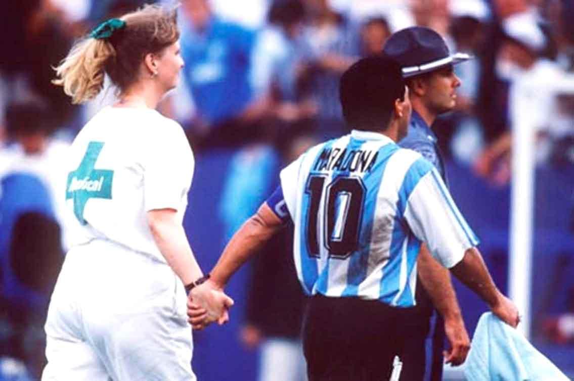 La famosa frase de la médica que entró a la cancha, apenas terminado el partido con Nigeria en la primera fase del Mundial de Estados Unidos, para llevárselo a Maradona directamente al antidóping. Crédito: Archivo.