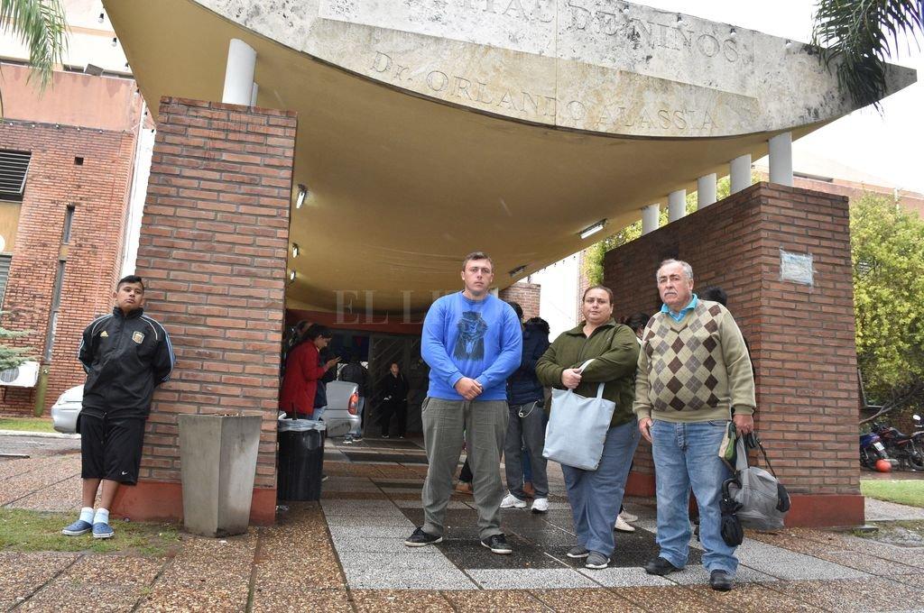 Familiares de la niña hablaron con la prensa frente al Hospital de Niños de la ciudad de Santa Fe. Crédito: Guillermo Di Salvatore
