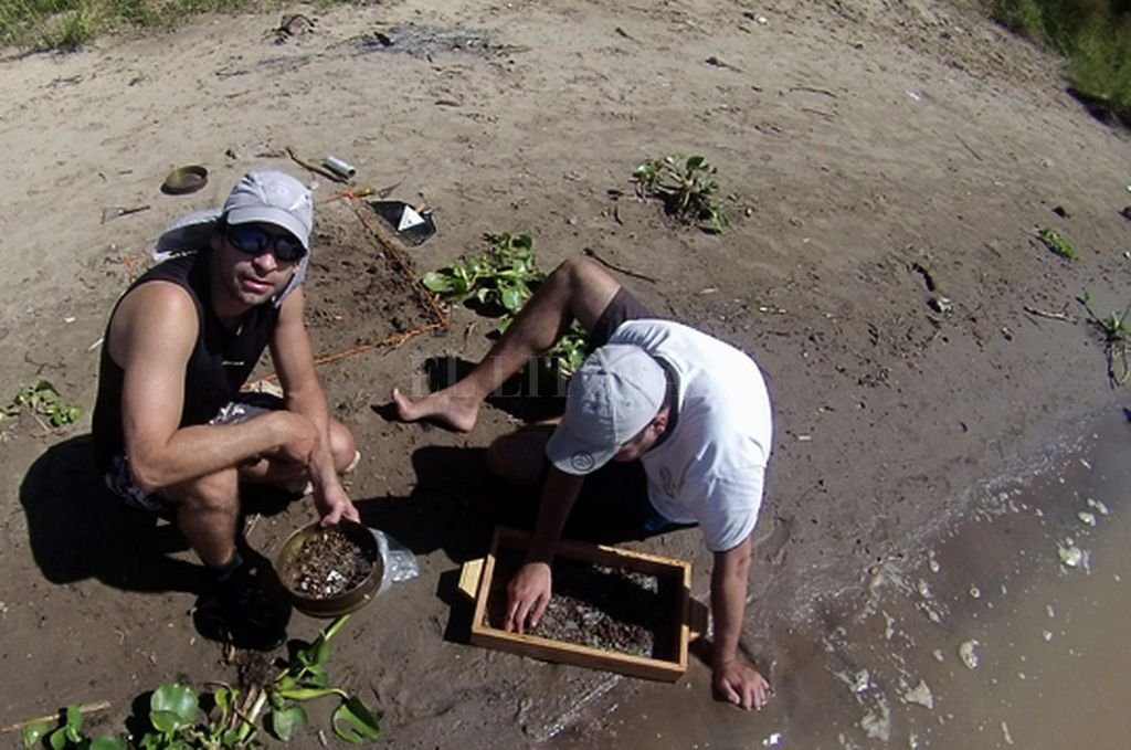 Martín Bletter, junto a su equipo de investigación, obtuvieron muestras del río Paraná y encontraron un alto grado de contaminación. Crédito: Gentileza