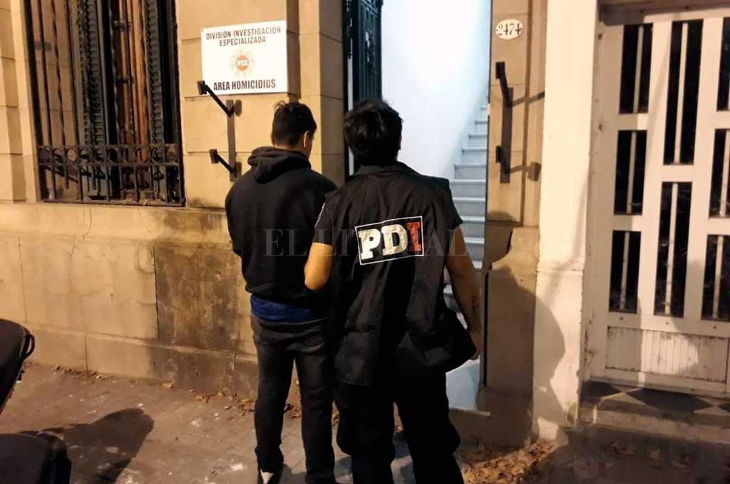 El sospechoso fue apresado frente a la escuela Juan de Garay, mientras esperaba que su pareja emitiera su voto.  <strong>Foto:</strong> El Litoral