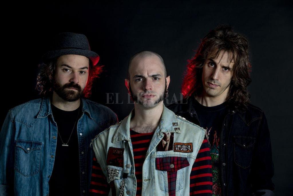 Nacho Ducca (batería y coros), Leandro Paira (bajo y voz) y Charly Czech (guitarra y coros), la formación de este trío de rock clásico y duro. Crédito:  Gentileza Gerardo Kevorkian