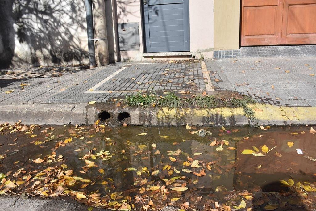 Desborde. Desde hace varias semanas los vecinos vienen reclamando por los olores nauseabundos que soportan. Assa informó a El Litoral que este miércoles, a pesar del feriado, solucionará el problema.