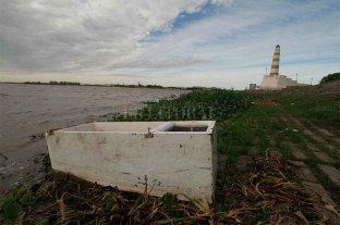 Una heladera en la orilla de la laguna Setúbal, una muestra de la mugre en la costanera